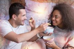 Couples positifs heureux s'alimentant Photos stock