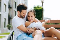 Couples positifs joyeux ayant l'amusement images libres de droits