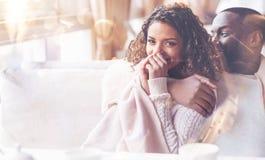 Couples positifs passant le temps avec plaisir Images stock
