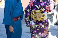 Couples pour l'amour dans des kimonos japonais traditionnels pour le trabel Photographie stock