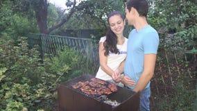 Couples près du barbecue clips vidéos