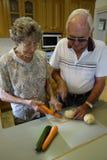 Couples préparant des légumes Images libres de droits