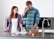 Couples préparant l'oignon pour la pizza Photos libres de droits