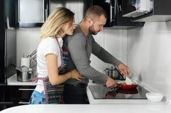 Couples préparant la nourriture Photo libre de droits