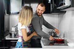 Couples préparant la nourriture Photos libres de droits
