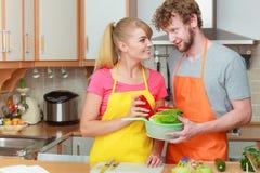 Couples préparant la salade de nourriture de légumes frais Photo libre de droits