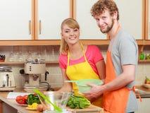 Couples préparant la salade de nourriture de légumes frais Photos libres de droits