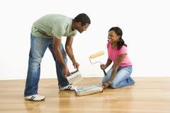 Couples préparant pour peindre. Image stock
