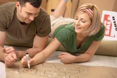 Couples prévoyant leur maison neuve Image libre de droits