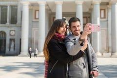 Couples prenant des photos au musée Madrid de prado Photo libre de droits