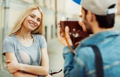 Couples prenant des photos d'autoportrait avec le vieil appareil-photo Images stock