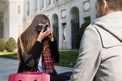 Couples prenant des photos dans la rue Photographie stock