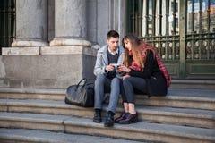 Couples prenant des photos dans la rue Images stock
