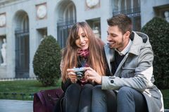 Couples prenant des photos dans la rue Photos stock