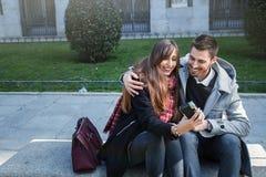 Couples prenant des photos dans la rue Image libre de droits