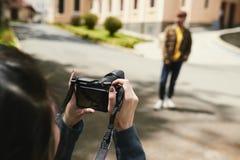 Couples prenant des photos dehors Image stock