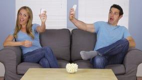 Couples prenant des selfies avec des smartphones Image libre de droits
