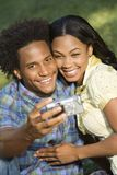 Couples prenant des verticales. Photo libre de droits
