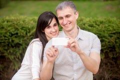 Couples prenant l'autoportrait avec le téléphone Photos libres de droits