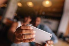 Couples prenant l'autoportrait avec le téléphone intelligent Image libre de droits