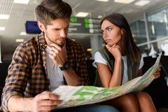 Couples prenant la décision au sujet de leur voyage Image libre de droits