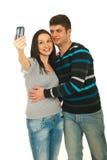 Couples prenant la photo avec leur téléphone Images libres de droits
