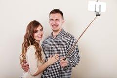 Couples prenant la photo d'individu avec l'appareil-photo de smartphone Photo libre de droits