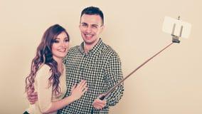 Couples prenant la photo d'individu avec l'appareil-photo de smartphone Photos libres de droits