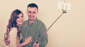Couples prenant la photo d'individu avec l'appareil-photo de smartphone Images libres de droits