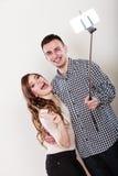 Couples prenant la photo d'individu avec l'appareil-photo de smartphone Photographie stock