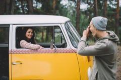 Couples prenant la photo dans le monospace Image stock