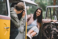 Couples prenant la photo dans le monospace Photo libre de droits