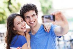 Couples prenant la photo de lui-même Photographie stock libre de droits