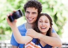 Couples prenant la photo de lui-même Photo stock