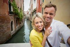 Couples prenant la photo de selfie à Venise Image stock