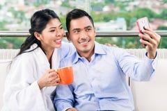 Couples prenant la photo de selfie sur le balcon Photos libres de droits