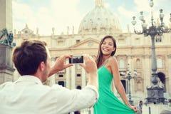 Couples prenant la photo de smartphone à Vatican, Italie Photographie stock libre de droits