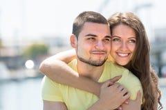Couples prenant le bain de soleil sur le pilier Images libres de droits