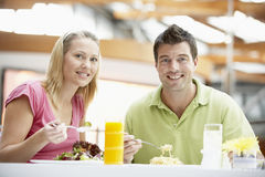 Couples prenant le déjeuner au mail image stock