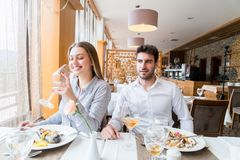 Couples prenant le déjeuner au restaurant gastronomique rustique Photographie stock libre de droits