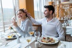 Couples prenant le déjeuner au restaurant gastronomique rustique Photos libres de droits