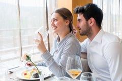 Couples prenant le déjeuner au restaurant gastronomique rustique Photo stock