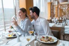 Couples prenant le déjeuner au restaurant gastronomique rustique Images libres de droits