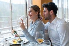 Couples prenant le déjeuner au restaurant gastronomique rustique Images stock