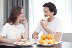 Couples prenant le petit déjeuner Images stock
