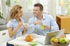 Couples prenant le petit déjeuner Photographie stock