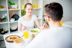 Couples prenant le petit déjeuner Photos libres de droits