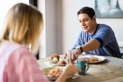 Couples prenant le petit déjeuner dans un café Photo libre de droits