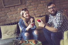 Couples prenant le petit déjeuner dans un café Images libres de droits