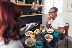 Couples prenant le petit déjeuner ensemble à la maison Photographie stock